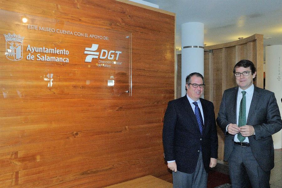 Alcalde de Salanca y Director de la DGT, durante la firma de su nuevo acuerdo.