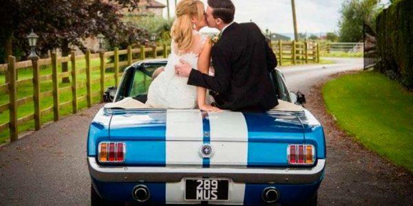 De boda en un Ford Mustang: hasta que la muerte os separe