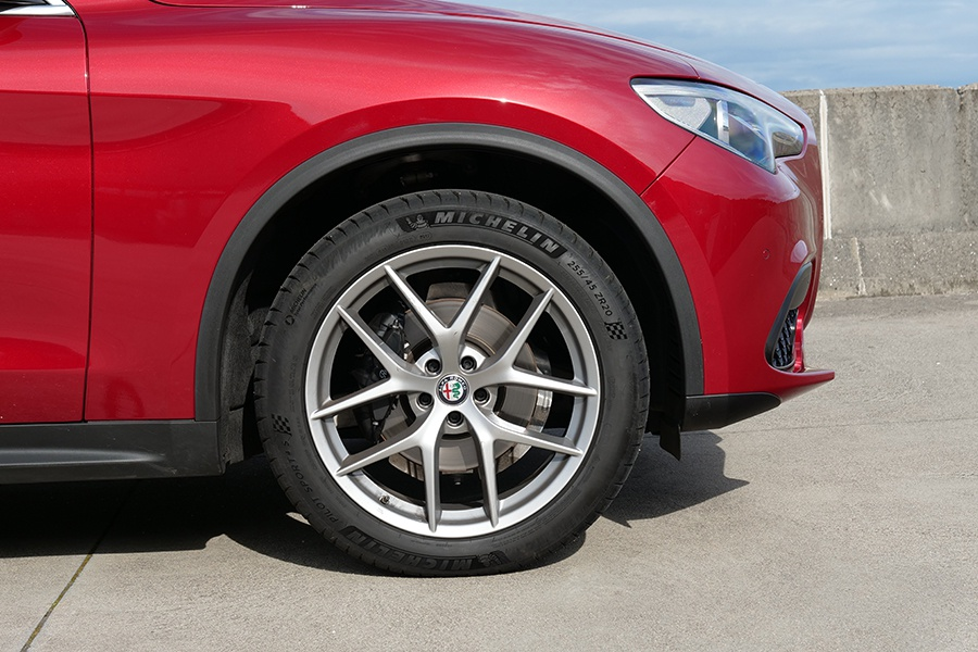 Las llantas de 20 pulgadas tienen un diseño que recuerda a las de BMW.