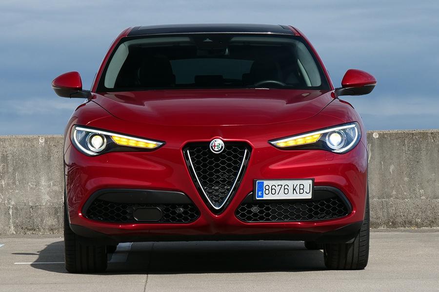 Aunque el frontal está presidido por la coraza de Alfa Romeo, al Stelvio le falta personalidad propia.