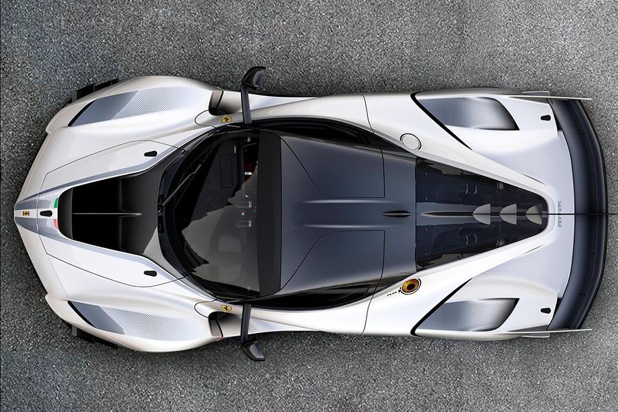 Sus proporciones son las de un coche de competición pura.