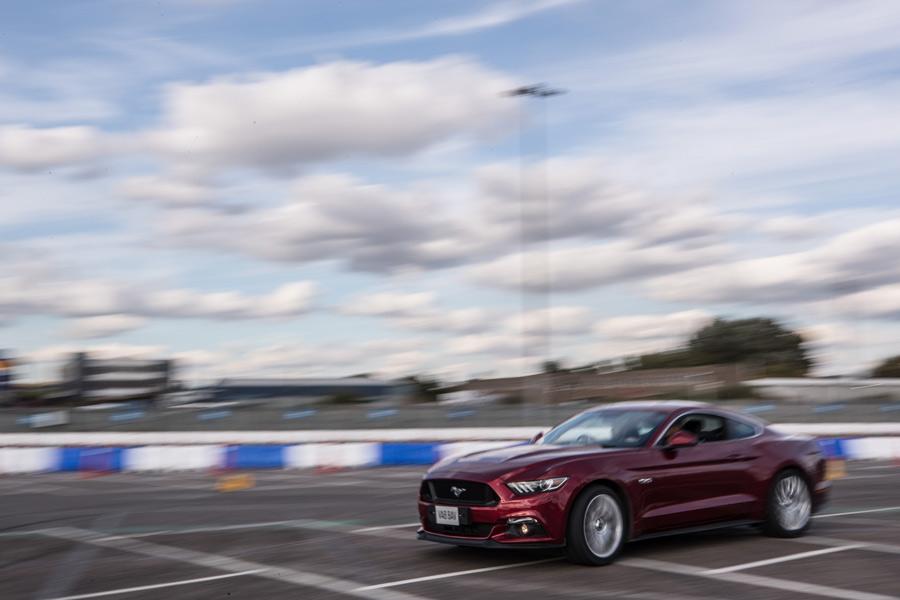 Solo bastaba un toque de acelerador para que la zaga del Mustang, sin ESC y con el modo Sport Plus, adelantara al frontal con rabia.