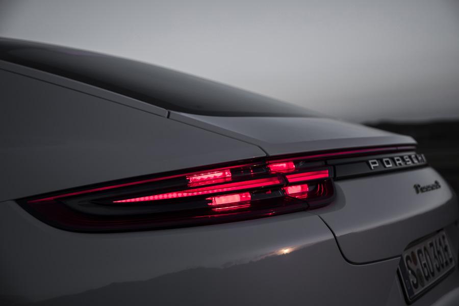 El diseño de la firma lumínica del Panamera guarda ciertas semejanzas con el resto de compañeros del Grupo Volkswagen.