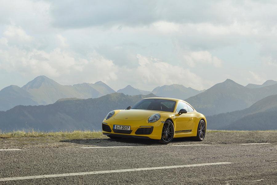 El 911 Carrera T se distingue por un spoiler optimizado aerodinámicamente y unos retrovisores Sport Design pintados en Gris Ágata Metalizado.