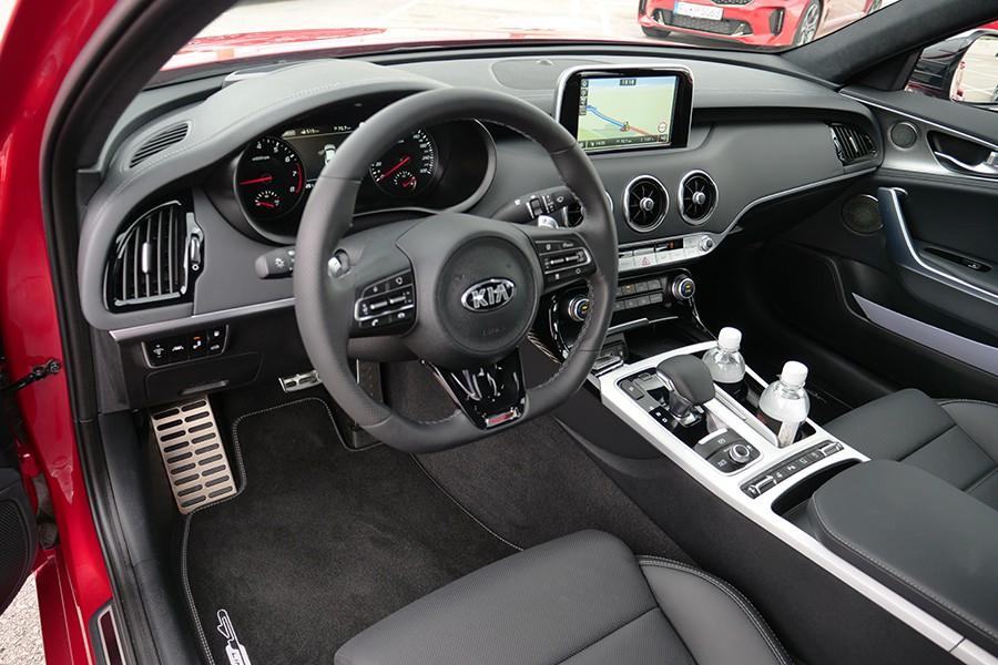 El interior tiene detalles de diseño de Mercedes y Audi.