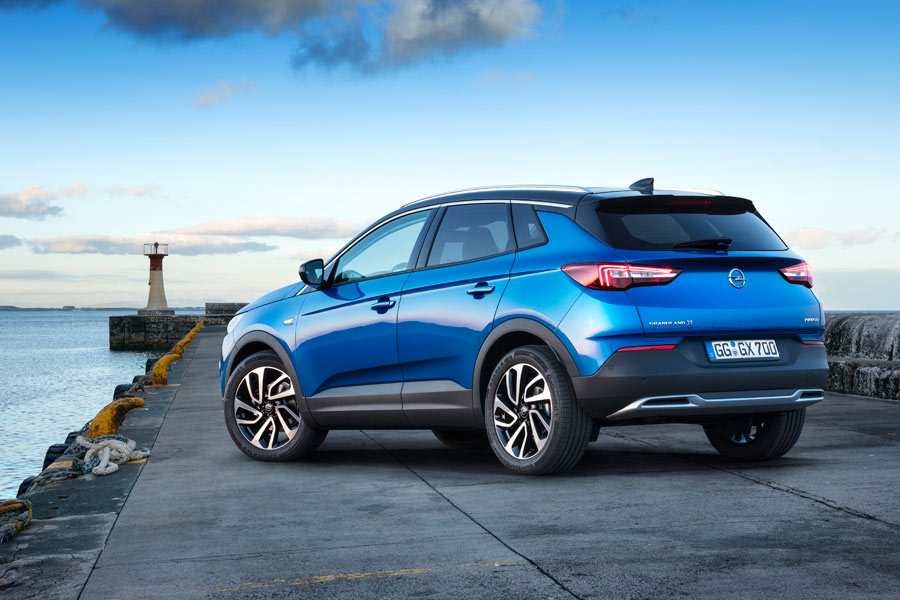 La parte trasera recuerda al Opel Astra.