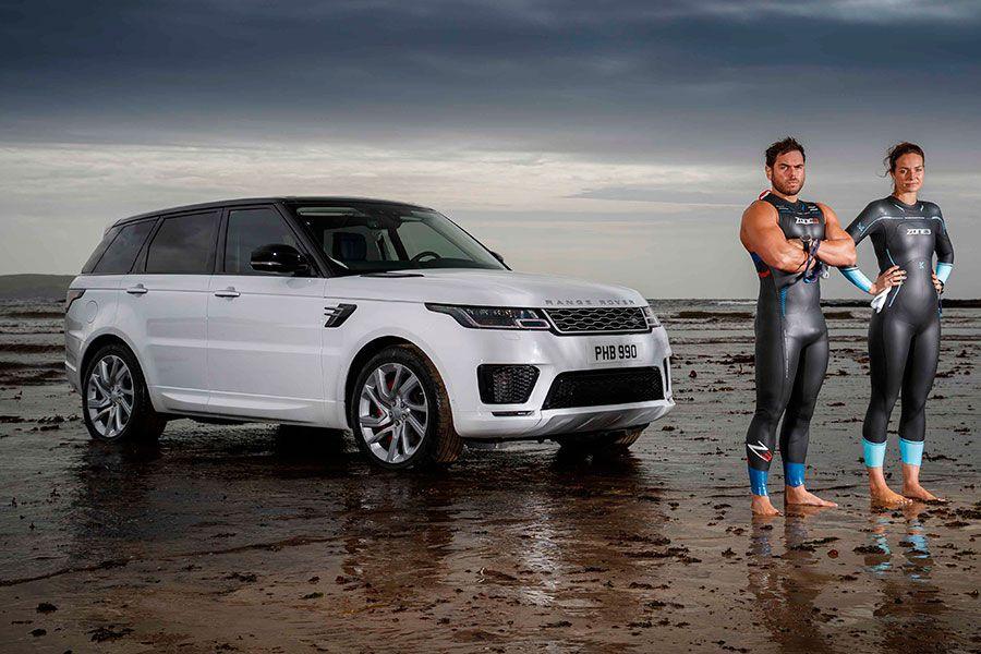 Nuevo desafío: el Range Rover Sport híbrido contra dos nadadores