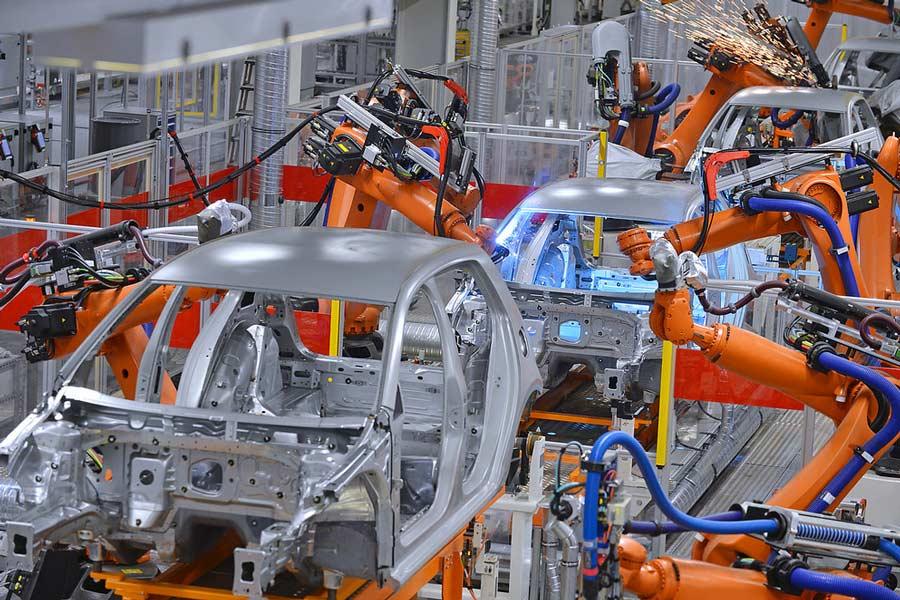 En un futuro podríamos ver que la producción de los coches al 100% se realiza con robots.