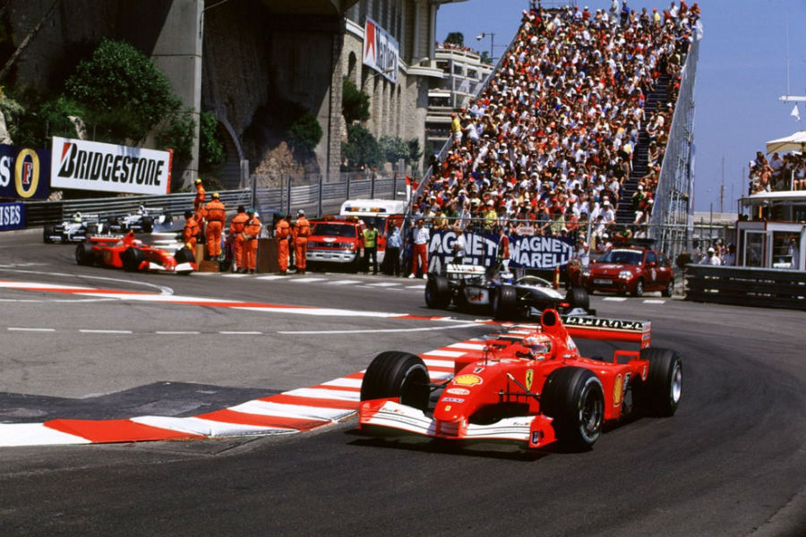 Michael Schumacher pilotando el F1 subastado en Mónaco.