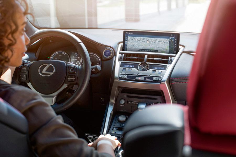 Según Lexus, el NX es el primer coche conectado de la marca.