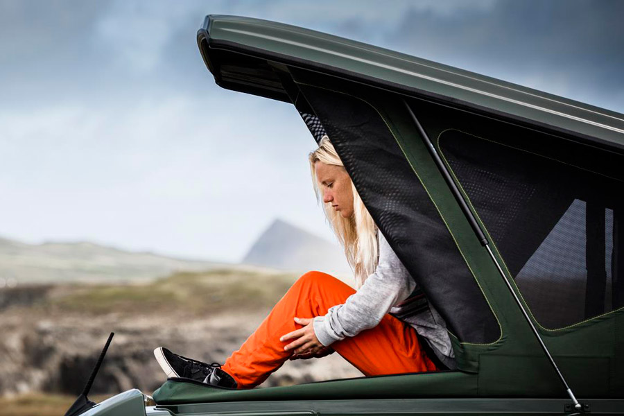 El techo elevable te permite tener más altura en el interior de la furgoneta y un espacio extra exterior para fundirte con la naturaleza.