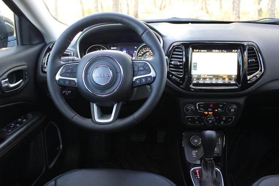 El volante tiene unas dimensiones generosas y un tacto agradable.
