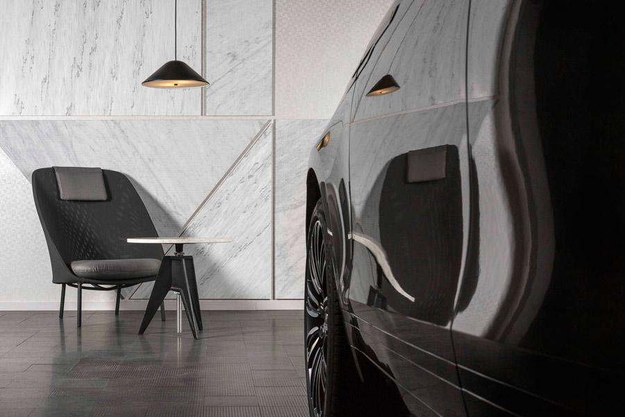 El mármol, la piedra volcánica y los muebles de diseño constituyen el interior del garaje.