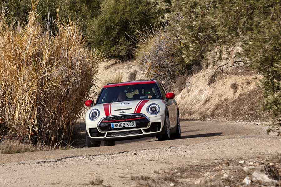 En un tramo de rally ubicado en Perales de Tajuña pudimos conducir los Mini JCW de 3 puertas, cabrio, Clubman y Countryman.