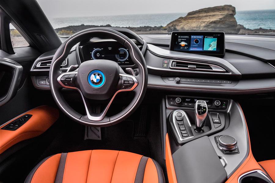 El interior no difiere en mucho con respecto al i8 anterior.