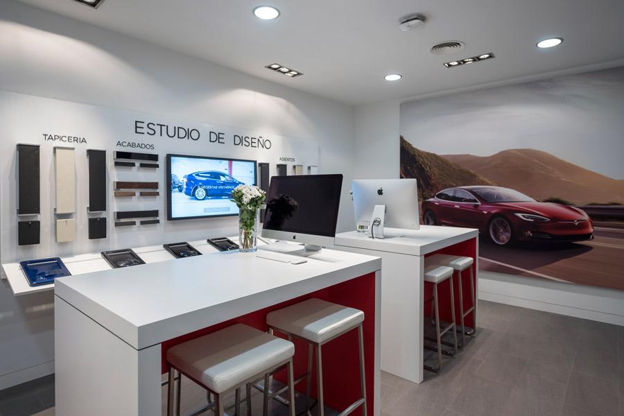 Los concesionarios tienen una pequeña sala junto a la zona de exposición donde se llevan a cabo las operaciones de venta y personalización.
