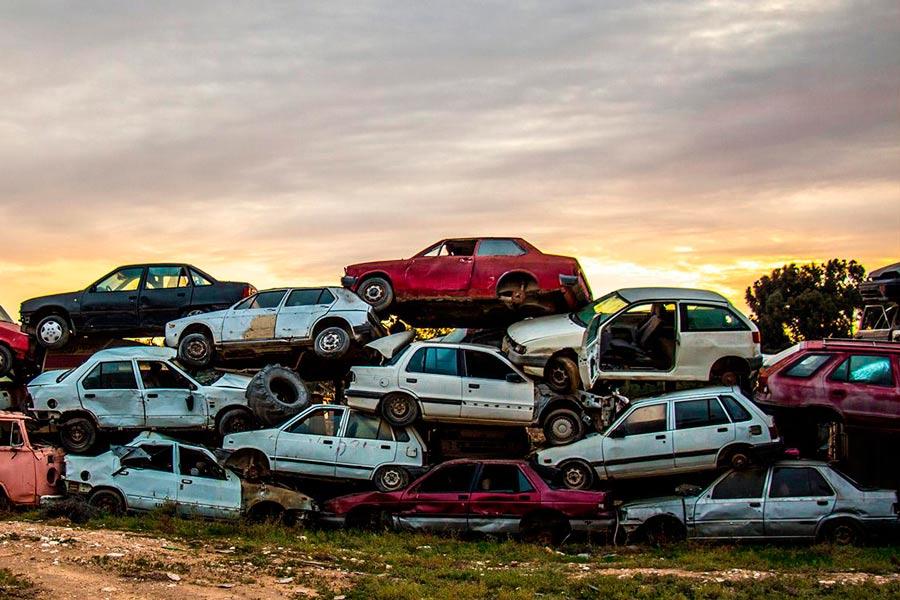 Una de las alternativas preferidas por la gente que va a deshacerse de su viejo coche es llevarlo a un desguace.
