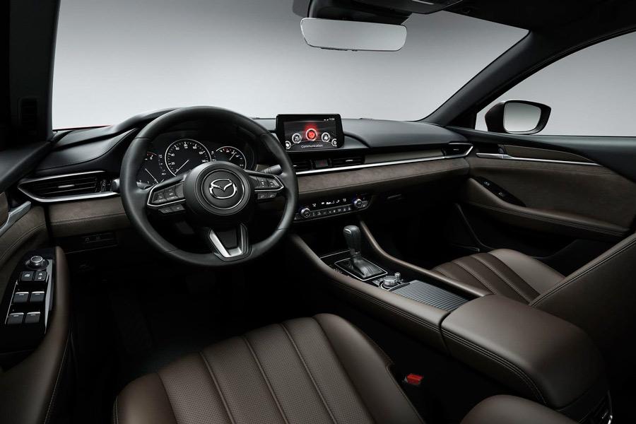 El interior del Mazda 6 se ha actualizado con nueva tapicería y tecnología.