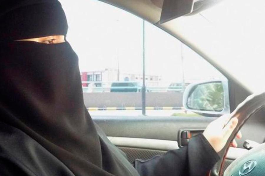 Mujer saudí conduciendo.