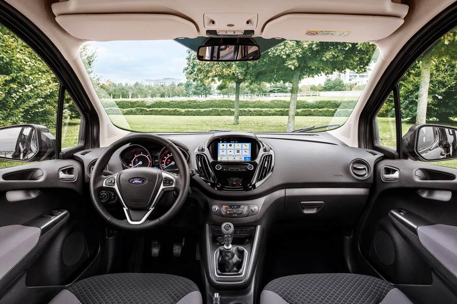 El interior de ambos modelos se renueva con mejores materiales y mejor ergonomía. Ademas, incorpora el sistema de infoentretenimiento SYNC 3 con pantalla táctil opcional de seis pulgadas; sin duda, un paso hacia adelante.