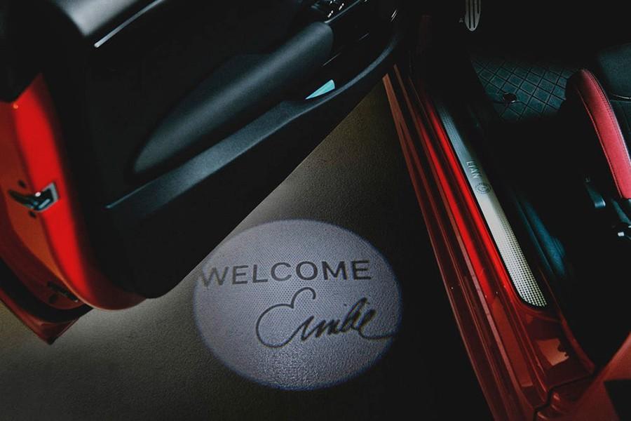 Detalle de la luz proyectada al suelo en el acceso al Mini con el nombre personalizado.