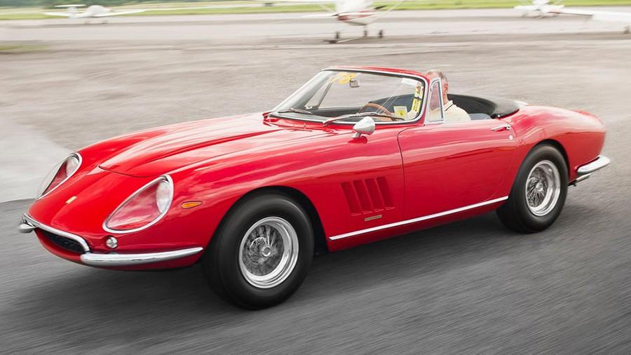 Este Ferrari 275/GTB Nart Spider alcanzó los 27,7 millones de dólares, el coche más caro jamás subastado.
