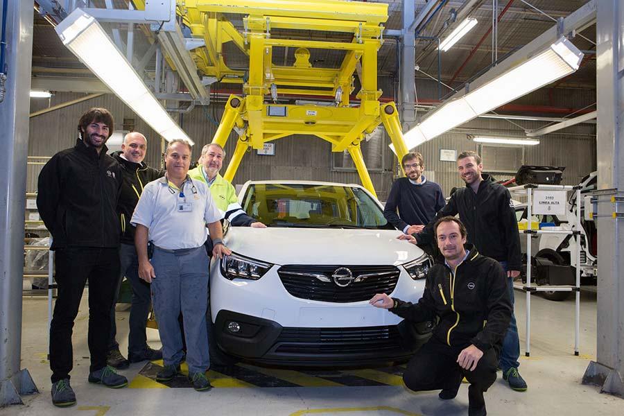 : Equipo de lanzamiento del Opel Crossland X junto al vehículo cedido al  hospital Miguel Servet de Zaragoza.