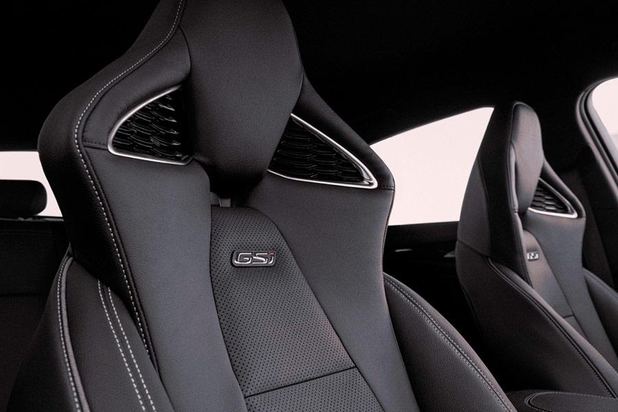 Asientos Opel Insignia GSi con diseño en forma de cobra real.