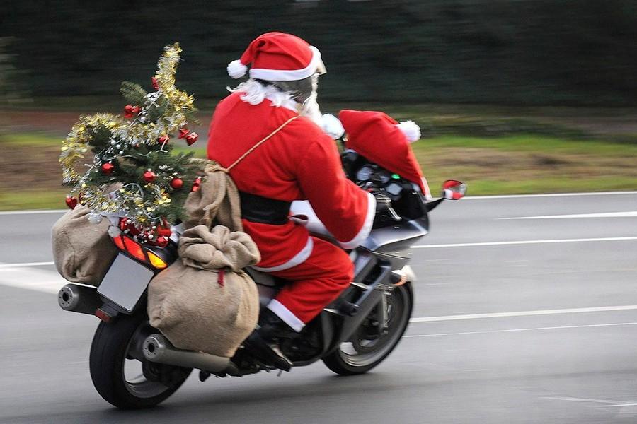 Un Papá Noel que reparte algo más que regalos en moto