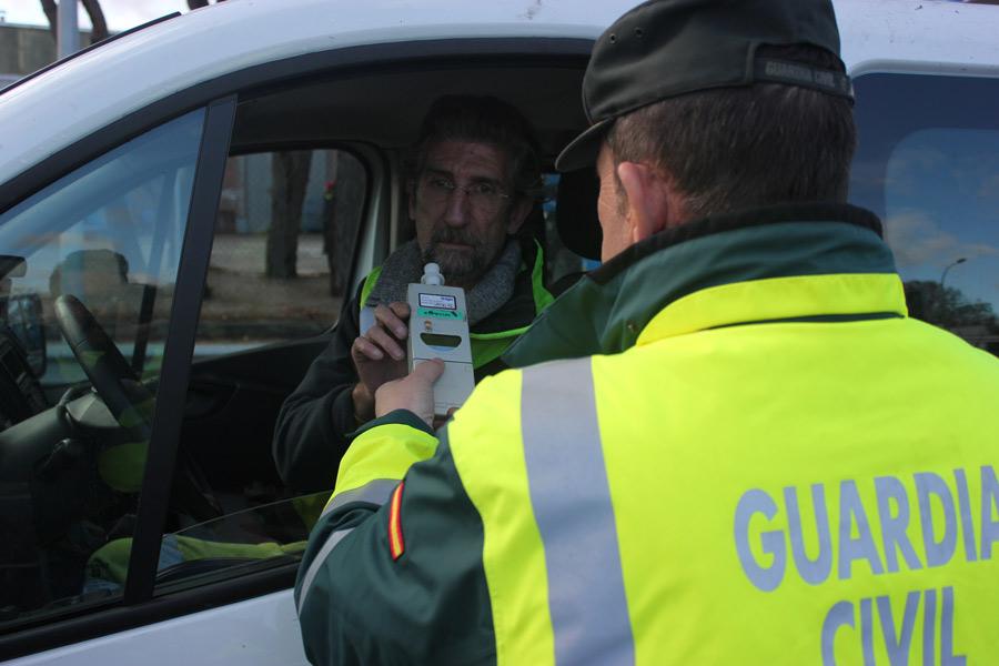 Conducir habiendo ingerido alcohol puede suponer hasta 1.000 euros de multa y una pérdida de 6 puntos en el carné.