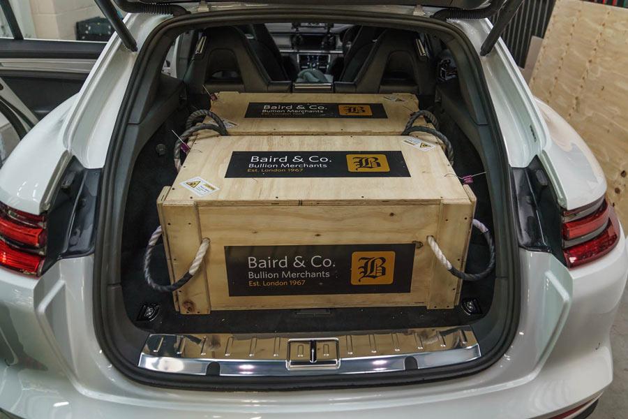 La carga por cada caja es de 30 kg.