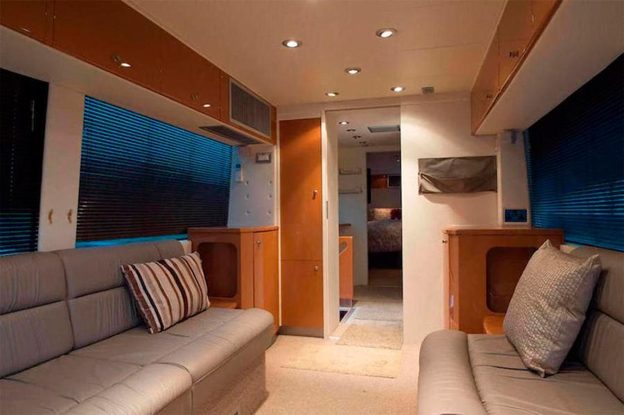 El interior cuenta con zonas de confort y una pequeña sala de reuniones.