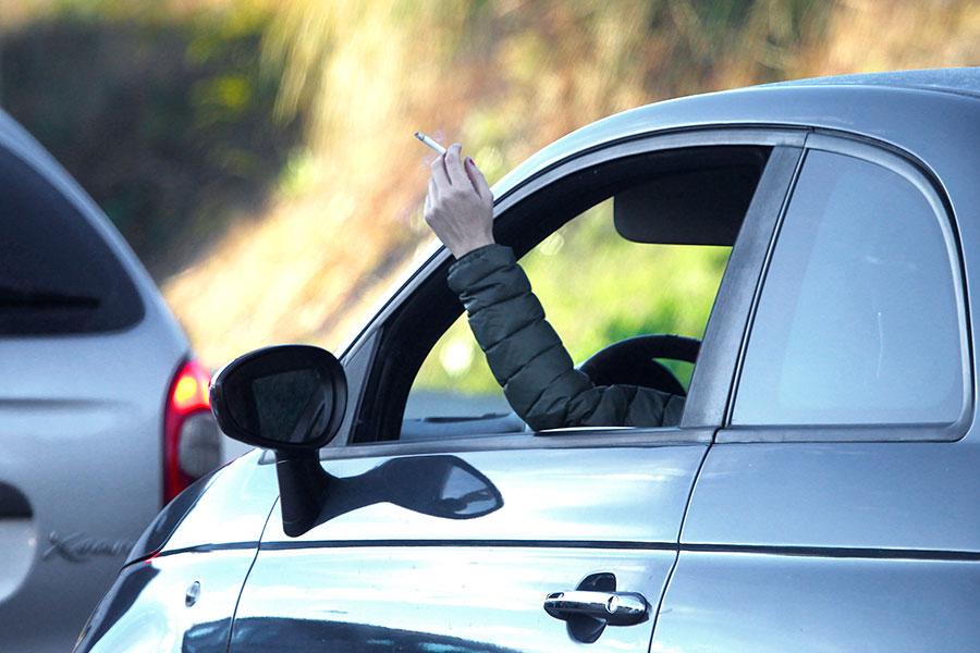 Asociaciones médicas piden prohibir fumar mientras se conduce