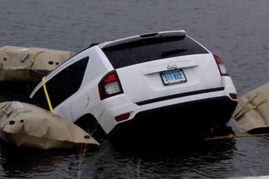"""La aplicación Waze """"tira"""" a un conductor al lago"""