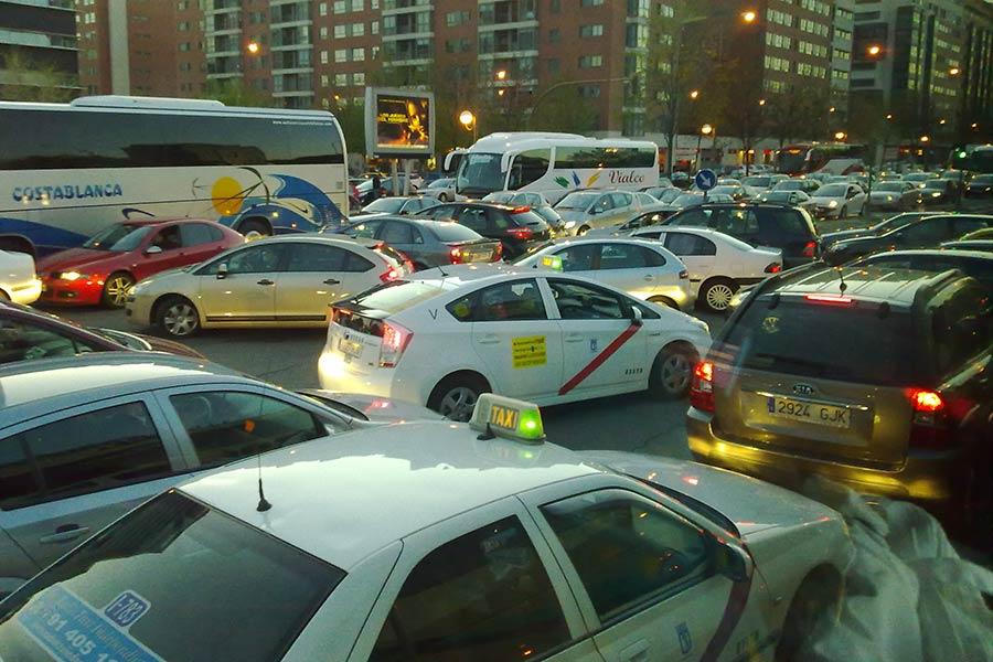 Más vehículos que habitantes en las ciudades españolas