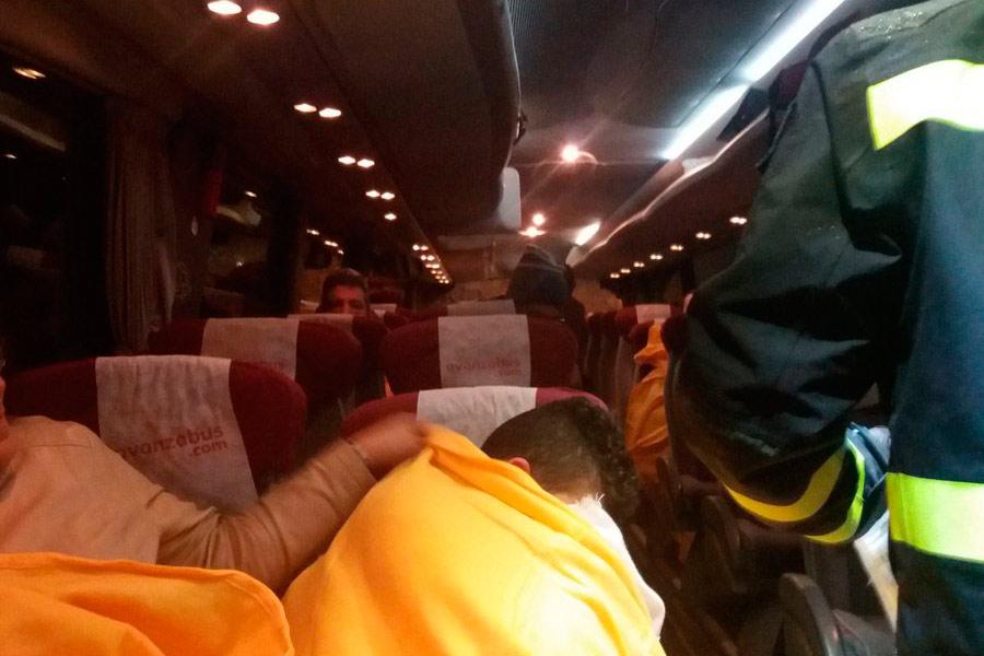 Algunos afectados intentaban conciliar el sueño durante la noche del sábado en cualquier lugar; los asientos de un autobús servían como cama.