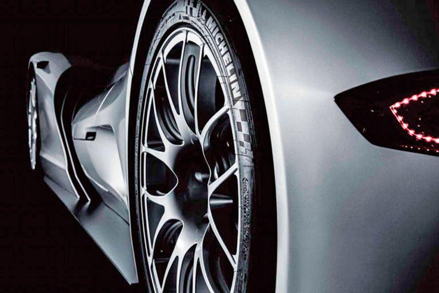 Sus ruedas tienen que pasar al asfalto mucha potencia.