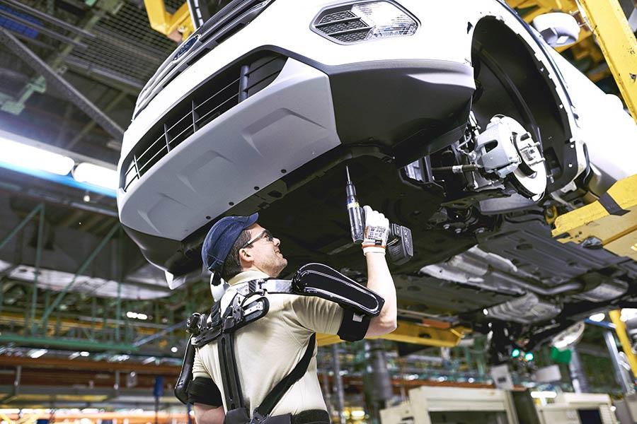 Ford integra exoesqueletos en sus líneas de montaje