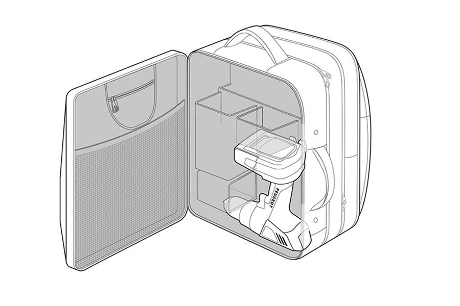 La mochila técnica Peugeot cuenta con bolsillos para el cargador y una segunda batería.
