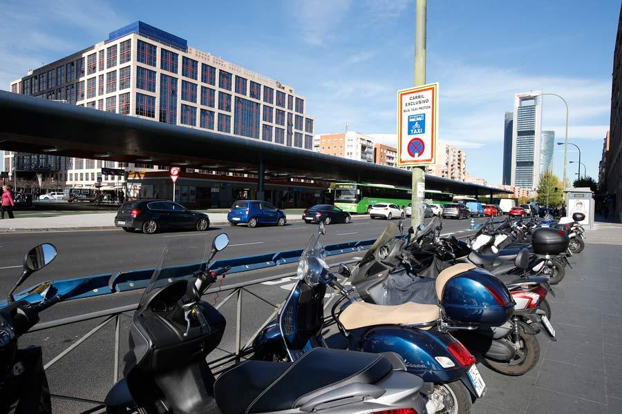 Las motos deberán dejar al menos tres metros de espacio libre al aparcar sobre la acera.