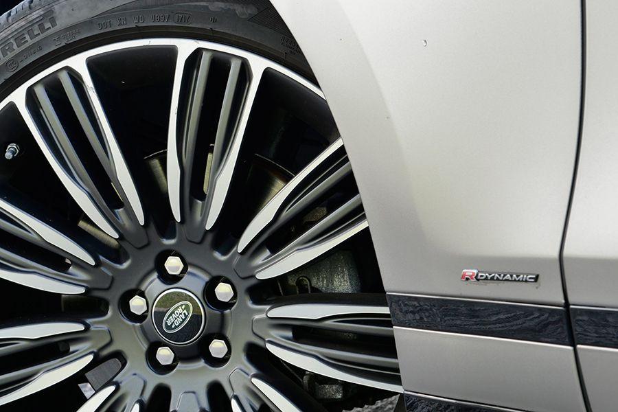 El motor V6 de 300 CV tiene una respuesta agradable y suena bien.