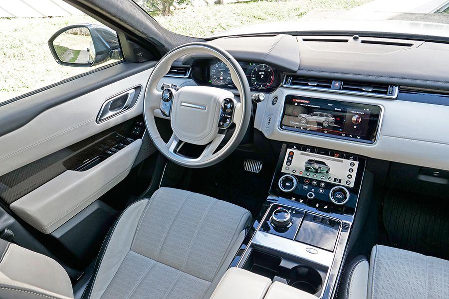 El interior del Velar tiene mucho más estilo y es más acogedor que el de sus rivales alemanes.