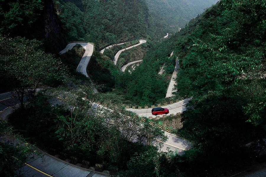 Antes de la impresionante escalinata, 99 curvas en una de las carreteras más duras del mundo.