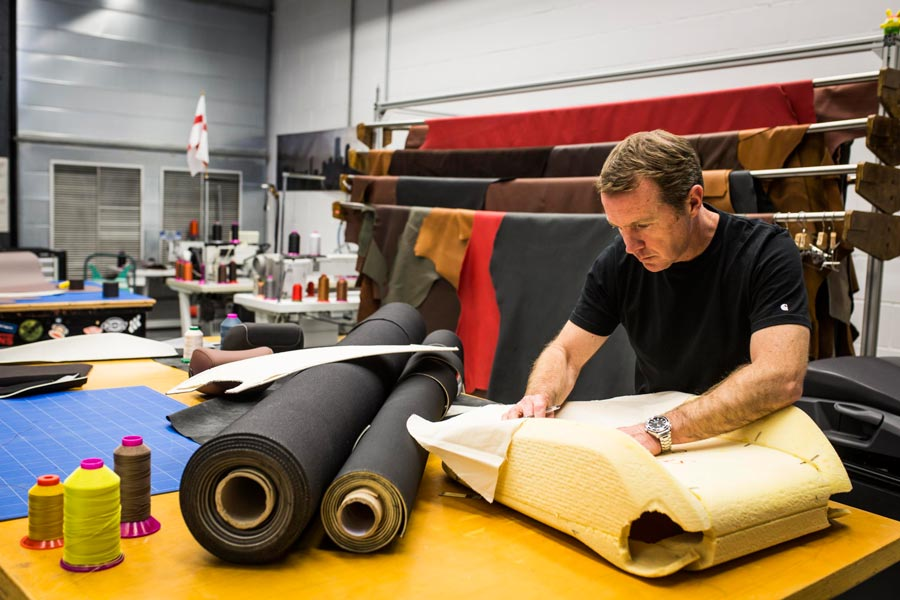 Así trabaja el sastre de los coches en su atelier