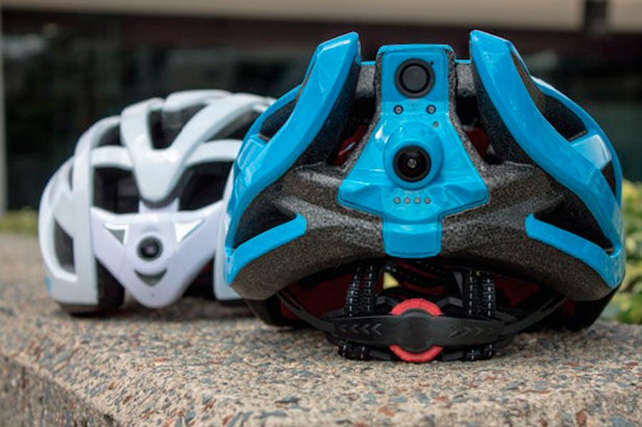 Cyclevisión ha inventado el casco que trasmite al móvil a tiempo real lo que los ciclistas tienen a sus espaldas mediante una cámara.