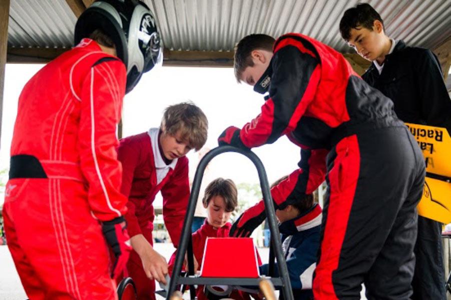 Competición de coches eléctricos fabricados por escolares