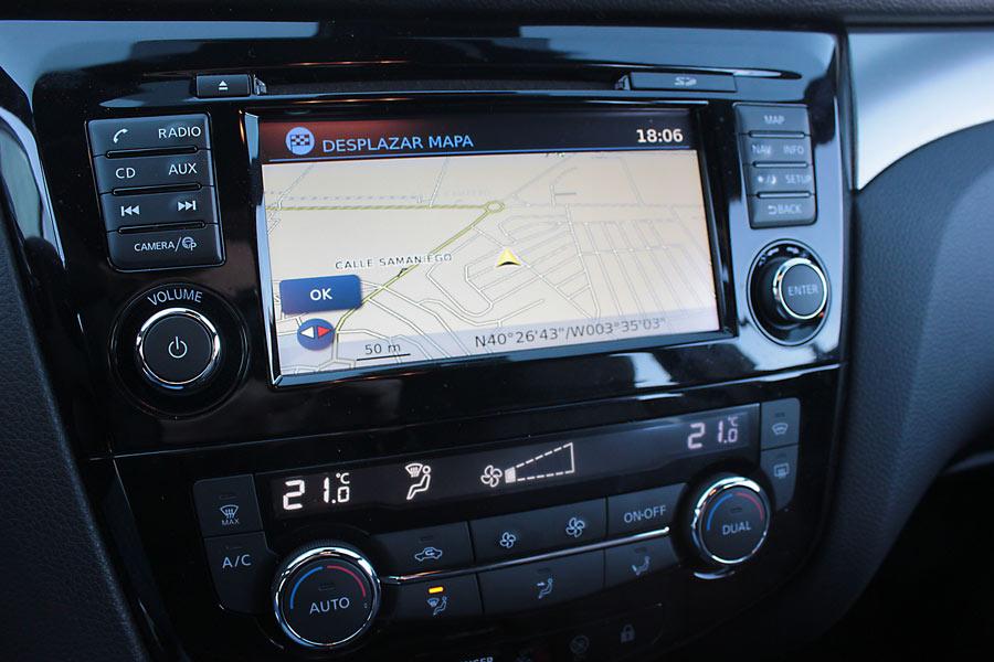 La pantalla central cuenta con navegador, es táctil y tiene un tamaño de siete pulgadas.