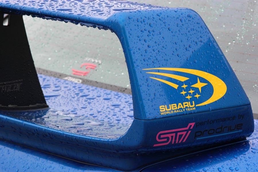 Las pegatinas de Subaru comparten protagonismo con los recuerdos al piloto más grande que ha pasado por la Fórmula 1, Ayrton Senna, en este WRX STI.