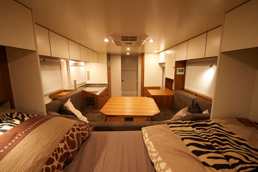 Aquí lo presentan con la configuración para la noche, con la mesa convertida en una gran cama.