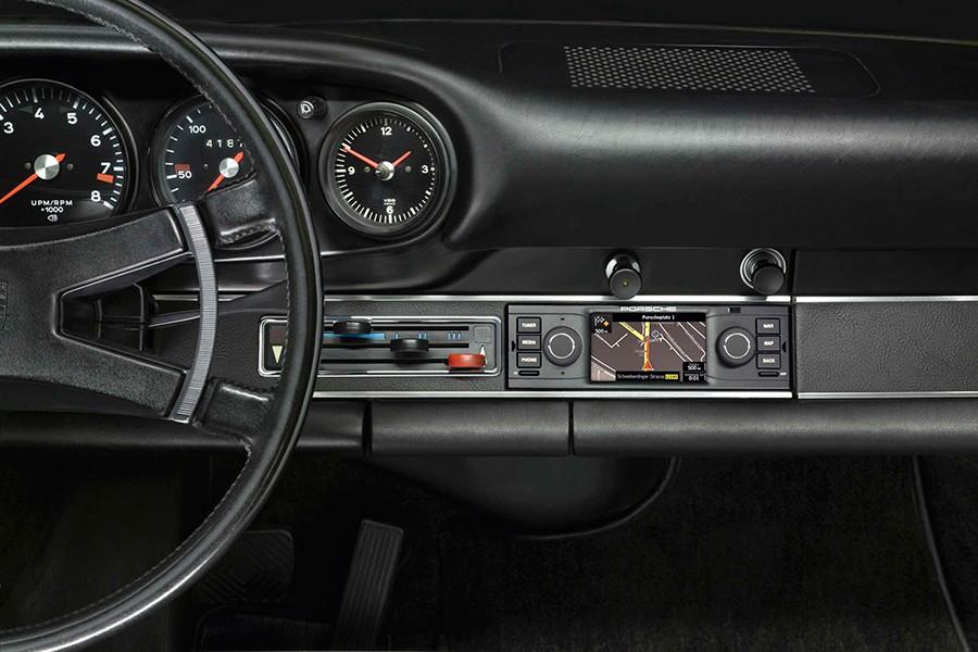 Porsche ofrece accesorios para los clásicos como esta radio de look retro pero con la última tecnología.